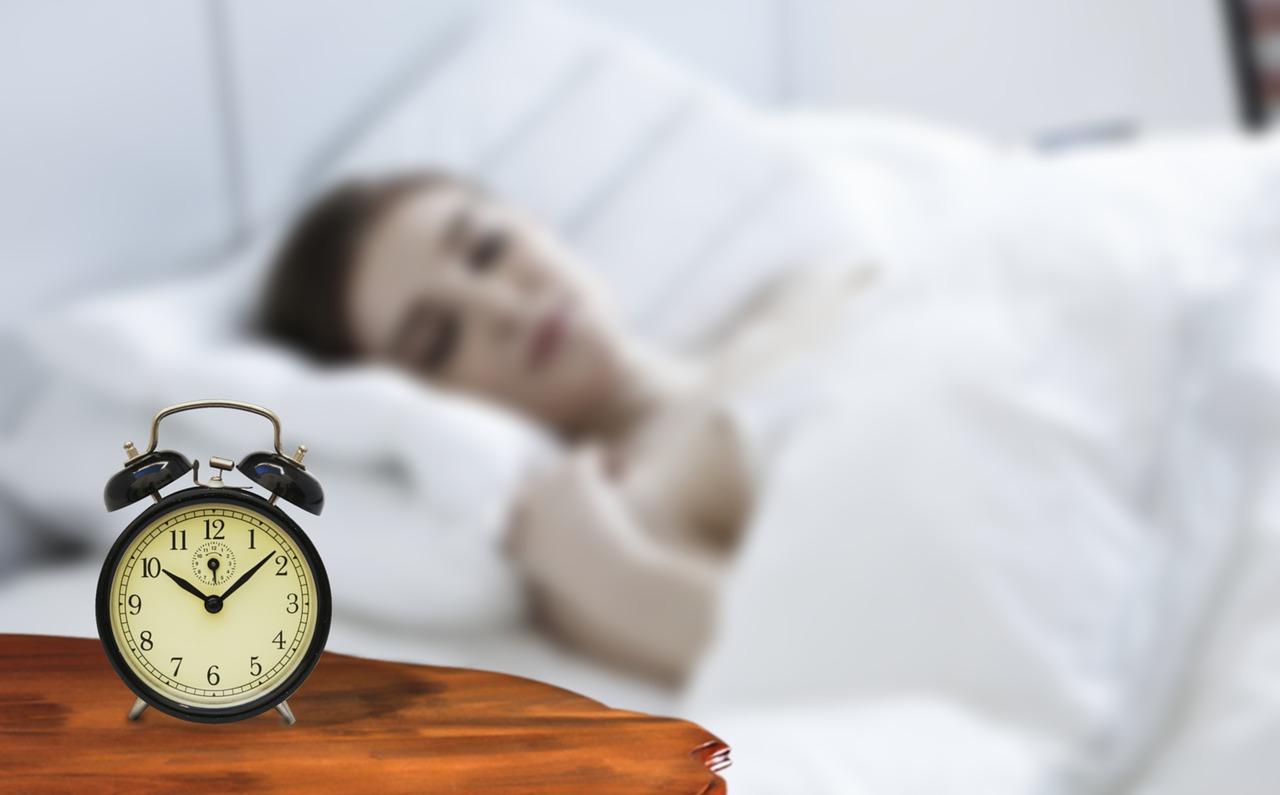 žena zkouší jak rychle usnout